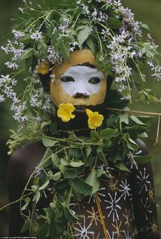 Les enfants fleuris des tribus de l'Omo. A flower in your hair: This youngster sports a floral headdress and a brightly painted face