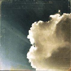 hermosanikita:  wasbella102:  By erre  Se io capissiquel che vuole dire- non vederti più -credo che la mia vitaqui – finirebbe.Ma per me la terraè soltanto la zolla che calpestoe l'altrache calpesti tu:il restoè ariain cui – zattere sciolte – navighiamoa incontrarci.Nel cielo limpido infattisorgono a volte piccole nubi,fili di lanao piume – distanti -e chi guarda di lì a pochi istantivede una nuvola solache si allontana.Antonia Pozzi