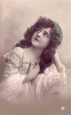 Grete Reinwald: The Mystery Girl of Edwardian postcards is no longer a mystery! The beautiful little girl with the upturned nose and tight-lipped hint of a smile has a name! She also had a long life before she died in 1983 at the age of 81.