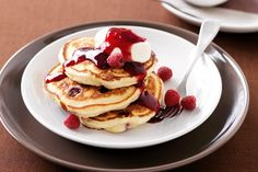Why not try these delicious looking Raspberry and Coconut pancakes? Perfect if you are looking to treat the family! 'Batter' take note – pancake Raspberry Pancakes, Coconut Pancakes, Best Pancake Recipe, Pancake Recipes, Brunch Recipes, Crepes And Waffles, Christmas Breakfast, Christmas Brunch, Christmas Cooking