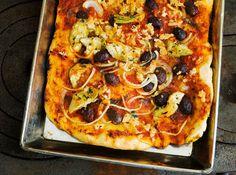 Den här typen av pizza utan ost är tjock och bakad i en rektangulär form. Oftast innehåller den endast tomatsås, sardeller och lök samt i vissa fall brödsmulor. Men jag har lagt till både kronärtskockor och oliver. Kan serveras som ett matigt bröd eller som småbitar till drink. Receptet kommer från webbtidningen Le Parfait.