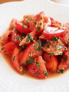 トマトをしそとごま油、白ごまとポン酢で合えます。簡単なので、あと一品というときにも。