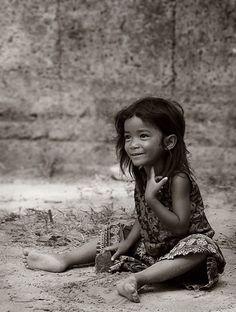 Un visage illuminé malgré la pauvreté qu'on lit