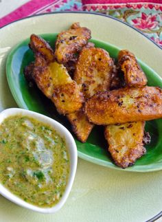 Deep-Fried Green Bananas with Green Chilli & Tamarind Dipping Sauce, Treats from Durban in Natal, South Africa. Indian Food Recipes, Vegetarian Recipes, Cooking Recipes, African Recipes, Fun Recipes, Vegan Meals, Deep Fried Bananas, Sauces, Salud