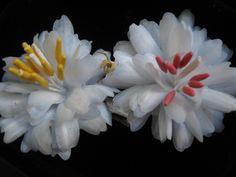 Mini dálias brancas, para ganchos de cabelo, feitos em papel pergamano, do Atelier Dorila Ribeiro