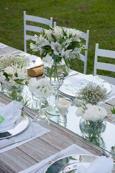 AGUAS COLORIDAS NOS VIDROS TRANSDPARENTES casamento no campo  www.loucaspormesas.blogspot.com Casamento: Produção Fernanda Azevedo