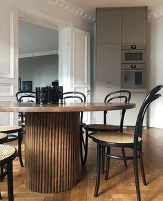 Vacker sekelskifteslägenhet med stuckatur från oss. Conference Room, Kitchen, Table, Inspiration, Furniture, Instagram, Interiors, Design, Home Decor