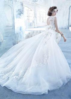 Vestido de novia 2013 corte princesa con falda amplia confeccionada con tul y cauda estilo catedral - Foto Lazaro en JLM Couture