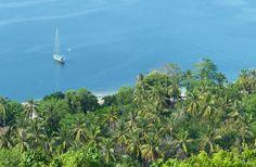 Charlène est la spécialiste de Lombok. Avec elle, voyons pourquoi les charmes de Lombok n'ont rien à envier à ceux de Bali et aussi pourquoi cette petite île est bien plus qu'un complément de séjour à Bali... Lombok, Mountains, Beach, Water, Travel, Outdoor, Small Island, Gripe Water, Outdoors