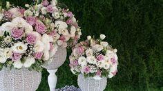 Arranjos para mesa de bolo, com Lisianthus branco e rosa, flores nobres e naturais, e ao fundo um muro inglês com aspargos alfinete