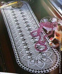 Crochet: Pineapple Table Runner Crochet: Pineapple Table Runner Learn the basics of how to crochet, Crochet Table Runner Pattern, Free Crochet Doily Patterns, Crochet Designs, Thread Crochet, Filet Crochet, Crochet Stitches, Crochet Carpet, Crochet Home, Tricot D'art