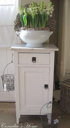 Brocante nachtkastje badkamerkastje wit met marmeren blad