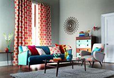 peinture grise, rideaux multicolores et meubles design assortis