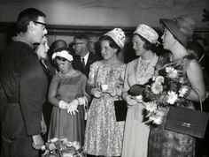 Vorstenhuizen. Koningshuis Nederland. Tijdens een bezoek van het  Koninklijk Gezin aan Arnhem wordt er door de jeugd uit de provincies  Gelderland, Overijssel en Utrecht een muzikaal zangspel opgevoerd. De vier  prinsessen, Beatrix, Irene, Margriet en Christina praten na afloop met de  deelnemers aan de muzikale hulde. 5 mei 1962.