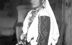 PRIVIND ISTORIA ÎN OCHI. 100 DE PORTRETE DE ȚĂRANI TRANSILVĂNENI   Muzeul Etnografic al Transilvaniei Arya, Romania, Europe, Costumes, Country, Photos, Photography, Inspiration, Women