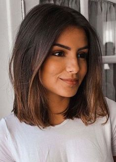 modèles de cheveux longs - cheveux courts et raides Estela Newbold , Medium Hair Cuts, Short Hair Cuts, Medium Hair Styles, Curly Hair Styles, Pixie Cuts, Short Styles, Haircut Medium, Haircut Short, Haircut Bob