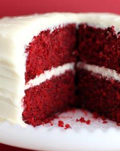 O bolo Red Velvet é um bolo que instiga os amantes de doces pela sua forte cor vermelha, geralmente destacada com coberturas brancas, como ...