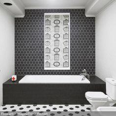 Wunderbar Ein Gekonnter Mustermix In Schwarz Weiß: Die Kantig Geformte  Badezimmereinrichtung Passt Ideal Zur Geometrischen Form Der Fliesen.