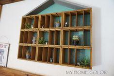 セリアのインテリア木製仕切りケースを使ってプリンターズトレイ風のおうち型ディスプレイ棚を作りました♡