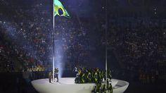 Jorge Gomes, da Mangueira, acende a Pira do Povo, em frente à Igreja da Candelária   Foto: Fabio Rossi / Agência O Globo   Leia mais: http://extra.globo.com/esporte/rio-2016/cerimonia-de-abertura-dos-jogos-olimpicos-celebra-diversidade-fotos-19863883.html#ixzz4HtbGpqhS
