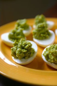 guacamole deviled eggs (ultimate paleo snack, packed with protein and healthy fats)  #21dsd #eggs