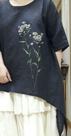 앞치마와 블라우스에 꽃그림을 : 네이버 블로그 Hand Embroidery Dress, Kurti Embroidery Design, Hand Embroidery Videos, Embroidered Clothes, Embroidery Fashion, Fabric Paint Shirt, Paint Shirts, Hand Painted Dress, Painted Clothes