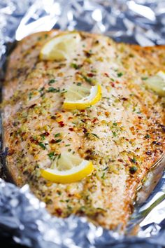 Garlic Butter Salmon in Foil - This Garlic Butter Salmon in Foil is an ultra-easy and a flavourful dinner to make during your busy weeknights. It's ready in less than 30 minutes and it's delicious wit (Baking Salmon In Foil) Salmon In Foil Recipes, Best Salmon Recipe, Fish Recipes, Lunch Recipes, Seafood Recipes, Paleo Recipes, Dinner Recipes, Cooking Recipes, Grub Recipes