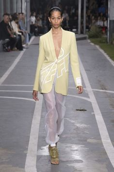 See all the Collection photos from Off-White Spring/Summer 2019 Ready-To-Wear now on British Vogue Off White Fashion, Look Fashion, Runway Fashion, High Fashion, Fashion Outfits, Womens Fashion, Fashion Design, Fashion Trends, Kuala Lumpur