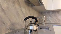 come fare un rivestimento cucina-paraschizzi senza piastrelle (lavabile ... Textured Walls, Decoration, Kitchen Appliances, Kitchens, Wall Design, Kettle, Interior Design, Creta, Home Decor
