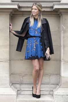 Street Style - Helena Bordon em Paris com jaqueta preta e vestido azul