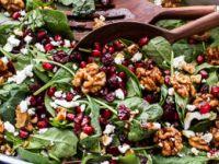 Πολύχρωμη και υγιεινή Χριστουγεννιάτικη Σαλάτα με μήλο, καρύδια και ρόδι