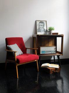 Fotel 300-201 Śnieżnik, popularny stolik RTV i radio lampowe Unitra Diora Promyk-Lux.