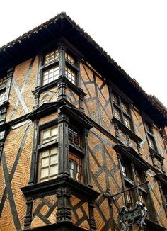 Corner at the old medieval village of Albi, Tarn - where Toulouse-Lautrec was born. Timber Buildings, Ancient Buildings, Old Buildings, Medieval Houses, Medieval Town, Albi France, Arts And Crafts House, Unusual Homes, Tudor House