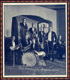 Big Band.  habitualmente se compone de tres secciones: metales (horn section), maderas (reeds) y ritmo. La de metales incluye, al menos, tres o cuatro trompetas, y dos o más trombones . La sección de maderas, suele estar formada por cuatro o más saxofones , que alternan usualmente con otros instrumentos como clarinete y flauta. Finalmente, la sección rítmica de acompañantes está compuesta por alguna combinación de piano, guitarra, bajo y batería.