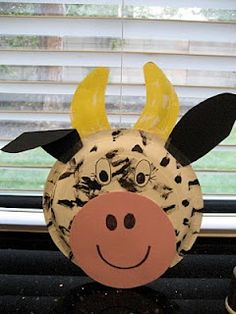 Cow craft to do with kids. Smaller & bigger paper plates, some wrapping or craft paper & markers. So cute