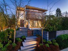 Utilizan listones de madera para cubrir el piso superior de esa casa contemporánea en Vancouver - https://arquitecturaideal.com/listones-de-madera-cubrir-piso-superior/