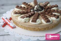 Hallo Ihr Lieben♥ heute zeige ich Euch meine neueste Kinderschokoladen Kreation in Form einer kleinen Torte. Hierbei besteht der Boden aus einem Bröselteig aus Löffelbiskuits, Kinderschokolade und Butter. Gefüllt wird die Torte mit einer einfachen Buttercreme, in der die beliebte Schokolade natürlich nicht fehlen darf. Zu guter Letzt wird noch ein wenig dekoriert und dann …