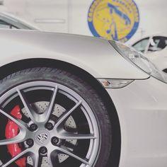 Cette 911 est encore plus belle avec ses jantes gris mates. Porsche 911 Turbo, Plus Belle, Car, Instagram, Automobile, Autos, Cars