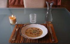 Potage aux poireaux et au gingembre -      1,5 l d'eau     300g de poireaux émincés     1 c-à-c de gingembre frais râpé     1 c-à-s de jus de citron     20 feuilles de romarin     2 c-à-s de tamari     Poivre du moulin     5g de sel non raffiné     3 c-à-s de purée d'amande blanche     4 c-à-c de maïzena