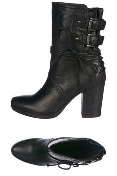 Venda Janet & Janet / 8077 / Janet & Janet / Boots e Botins Farwest / Botins de Couro Preto. De 300€ por 99€.