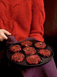 Lindströmin pihvit ovat herkullisen mehukas klassikko, jonka salaisuus piilee kauniin punaisessa punajuuressa sekä laadukkaassa jauhelihassa. Lindströmin pihvit maistuu hyvältä esimerkiksi muusin kanssa. Jos haluat kokeilla jotain erilaista, tee niinkuin meidän poppoo. Kääräise pihvi hampurilaisen tai pehmeän sämpylän väliin. Täytä lempijuustolla, salaatilla, kastikkeilla ja nauti. #arkiruoka #linströminpihvit #jauheliha #punajuuri Koti, Cookies, Desserts, Crack Crackers, Tailgate Desserts, Deserts, Biscuits, Postres, Cookie Recipes