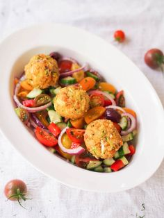 Zucchini Patties with Greek Salad. Gluten free zucchini and chickpea balls are perfect for stuffing in a pita or served over this chopped Greek salad packed w/ produce. Salad Recipes For Dinner, Healthy Salad Recipes, Vegetarian Recipes, Vegetarian Cookbook, Vegetarian Lunch, Lunch Recipes, Healthy Foods, Healthy Eating, Zucchini Hummus