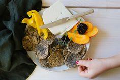 Glutenfritt havreknäcke är ett knaprigt, vegan, lättbakat knäcke som passar till vardag och fest. Funkar perfekt vid FODMAP, mjölkfritt glutenintollerans. Fodmap, Superfoods, Bread, Vegan, Super Foods, Breads, Baking, Sandwich Loaf