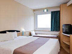 Les Chambres Reims, Centre, Curtains, Furniture, Home Decor, Exit Room, Bedrooms, Stream Bed, Blinds