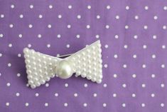 DIY: pearl bow brooch, do a hair bow version for her dress with the polka dots. The pearls will match so well. Diy Projects To Try, Craft Projects, Personalized Ribbon, Arts And Crafts, Diy Crafts, Diy Supplies, Diy Necklace, Diy Art, Diy Fashion