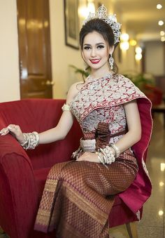 ( by khmer models ) costume Cambodian Wedding Dress, Thai Wedding Dress, Khmer Wedding, Thai Traditional Dress, Traditional Outfits, Stunning Dresses, Beautiful Gowns, Thai Fashion, Culture Clothing