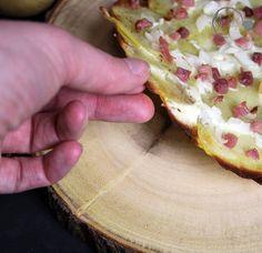 Kartoffelflammkuchen ohne Teig - hauchzart und super lecker - glutenfrei auf www.ge-sagt.de Hawaiian Pizza, Dessert, Super, Food And Drink, Cheese, Detail, Food Food, Food And Drinks, Kuchen