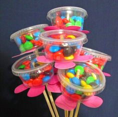 I made these Candy Bouquets for my May Day baskets. I bought the Multi Purpose Mini Cups and lids from Wa I made these Candy Bouquets for my May Day baskets. I bought the Multi Purpose Mini Cups and lids from Walmart in the paper plate section. Mothers Day Crafts, Crafts For Kids, May Day Baskets, Gift Baskets, Raffle Baskets, Candy Crafts, Chocolate Bouquet, Candy Bouquet, Lollipop Bouquet