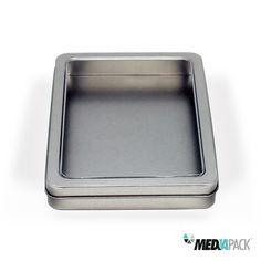 Caixa de metal retangular com tampa transparente.