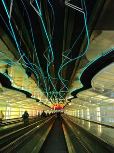 シカゴ・オヘア国際空港 Chicago O'Hare International Airport United Airlines Terminal 1 tunnel between concourses B and C Chicago Airport, Dubai Airport, Airport Architecture, O'hare International Airport, Light Tunnel, Airport Design, My Kind Of Town, United Airlines, Urban Life